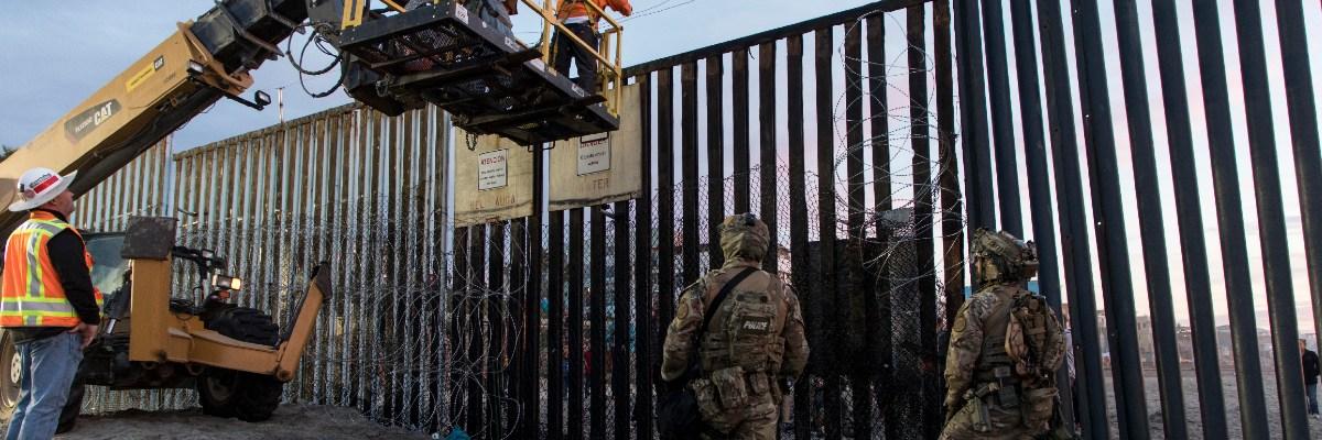 """Vientos de """"Hanna"""" tumban parte del muro de Trump"""
