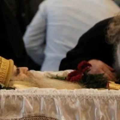 Miles de fieles besan el cuerpo de un arzobispo que falleció a causa del Covid-19