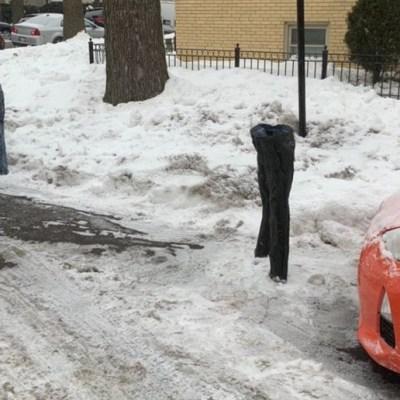 Usan pantalones congelados para apartar sus lugares de estacionamiento