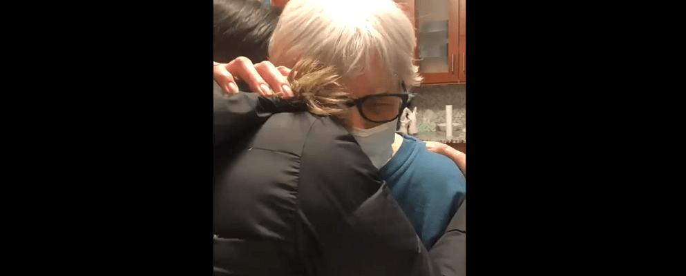 Conmueve video de abuelita que pudo abrazar a su nieta tras vacunarse