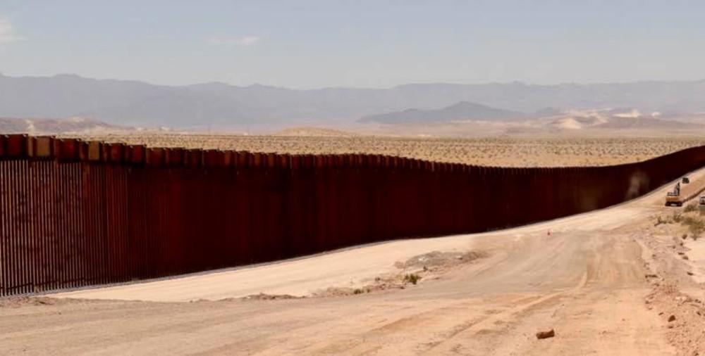 'Pollero' deja caer a niñas migrantes desde el muro fronterizo