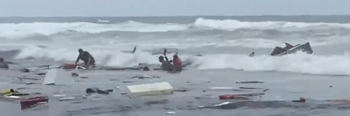 Bote lleno de migrantes se fragmenta en California; hay cuatro muertos