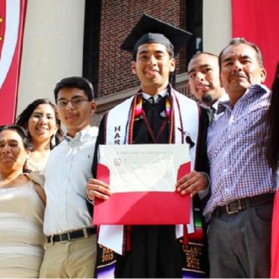 Hijo de campesinos mexicanos se graduó de la Universidad de Harvard
