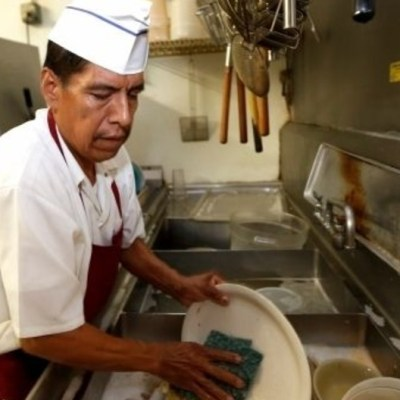 EU busca a mexicanos para puesto de lavaloza por 30 mil pesos al mes