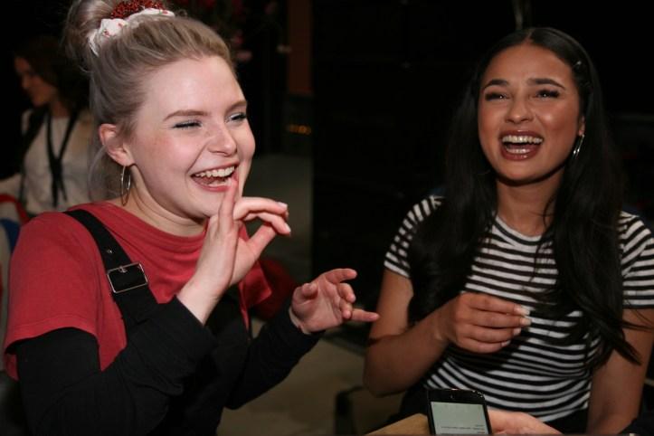EiC 2019 Serie 1 Eurovision in Concert Amsterdam Carlotta und Laurita haben Spaß beim S!sters Interview mit DJ Douze Points