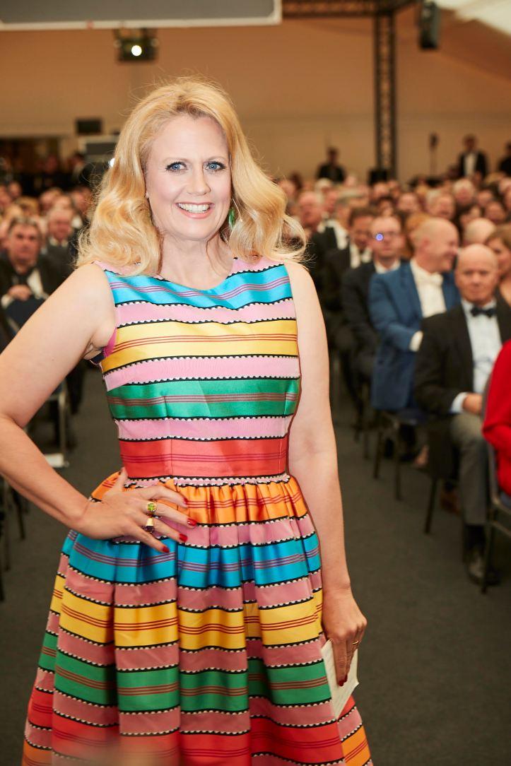 DER FEINSCHMECKER WineAwards2019 Barbara Schöneberger Fashion Regenbogen Bonanza