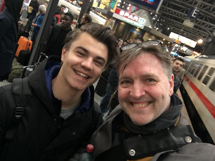 Linus Bruhn und Blogger Peter @ Hamburger Hauptbahnhof Selfie