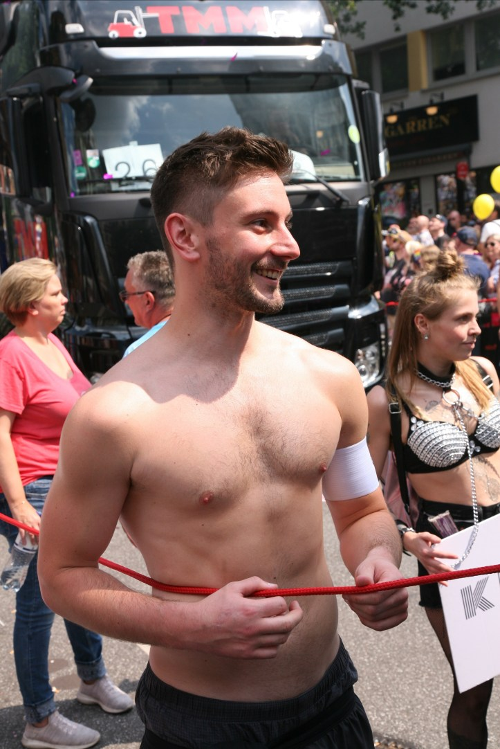CSD HH 2019 mit ESC kompakt Dancefloor Parade Ordner shirtless