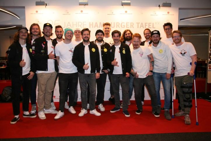 DHG at 25 Jahre Hamburger Tafel Die Hamburger Goldkehlchen Gruppenbild mit Kruecken