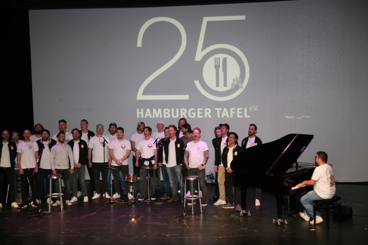 DHG at 25 Jahre Hamburger Tafel Live on stage Blick vom Rang im Ernst-Deutsch-Theater