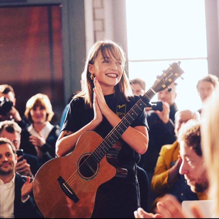 Lotte Sängerin Gitarre