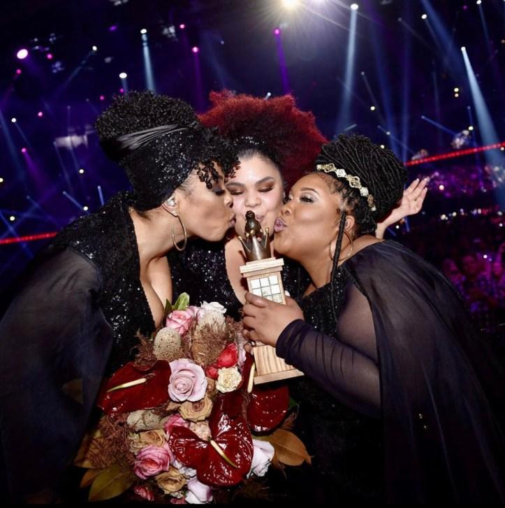 The Mamas ESC 2020 Schweden Gewinnen Melodifestivalen Trophäe Move Eurovision Kuss