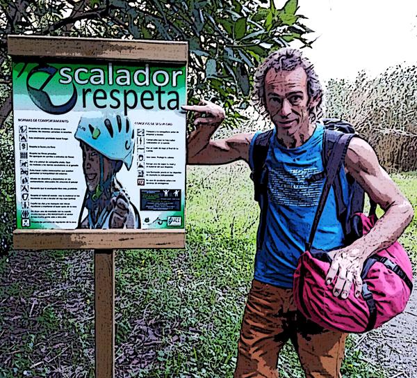 Javi junto a uno de los carteles que promueven el respeto en las zonas de escalada