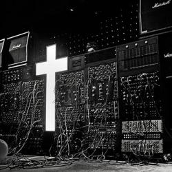 FIGURA 1 - A banda francesa JUSTICE fez da cruz cristã o seu logotipo