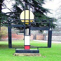 "FIGURA 239 - ""Construction (Crucifixion): Homage to Mondrian"", escultura de Barbara Hepworth (1966)"