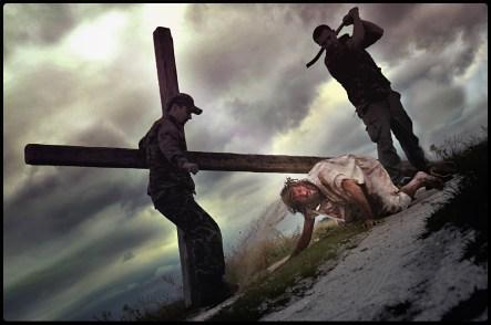 "FIGURA 240 - ""Jesus Falls the Third Time"", performance fotográfica de Łukasz Jankowski-Wojtczak (2011)"