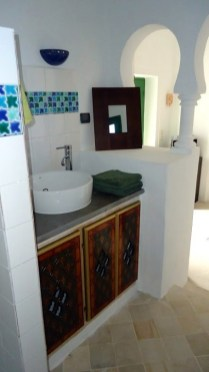 Maison d'hôtes à Djerba : chambre coin salle d'eau