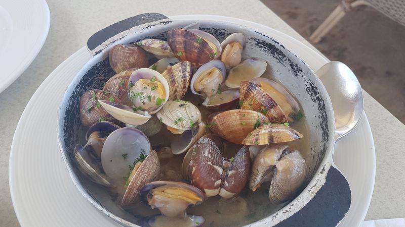 Fruits de mer au bord de la plage caleta de famara lanzarote escapades amoureuses