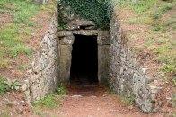 Entrée d'une tombe : La porte ouvrant sur le dromos
