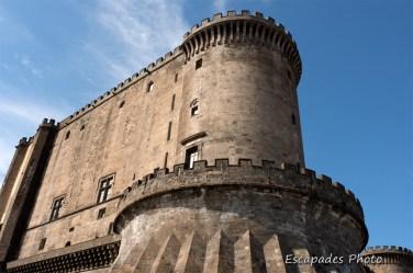 Le Castel Nuovo a été construit au XIIIe siècle à la demande de Charles d'Anjou. Les travaux ont été conduits sous la direction d'architectes français.