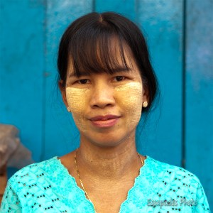 Rangoun, une femme birmane maquillée au Thanaka