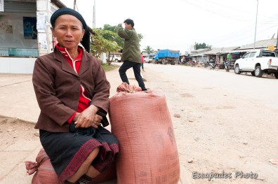 Femme aux sacs de riz - marché de luang namtha