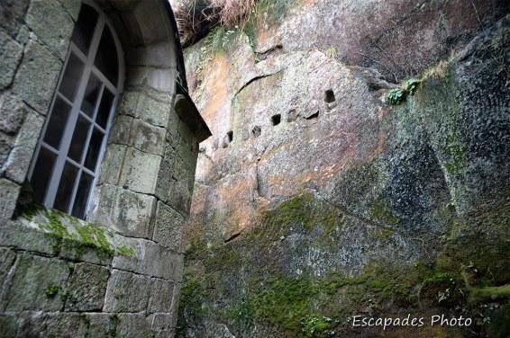 Chapelle Notre Dame de la Fosse - niches dans la paroi