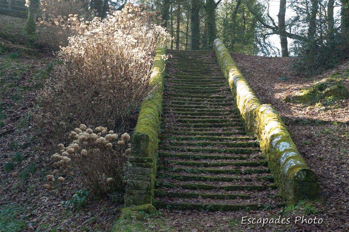 Locuon, escalier vers la chapelle N-D de la Fosse