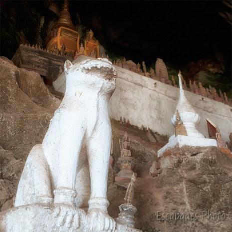 Pak Ou lion montant la garde