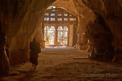 Pak Ou moine dans la grotte supérieure