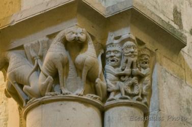 Lions et personnages sculptés - Saint Pierre d'Aulnay