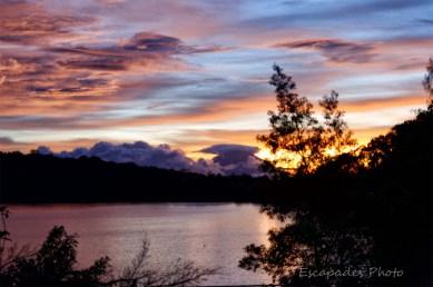 Le lac Bratan à Bedugul : Au Nord Ouest, le mont volcanique Gunung Batur est chapeauté par un nuage noir.