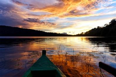 Aurore sur le lac Bratan - La proue de la pirogue