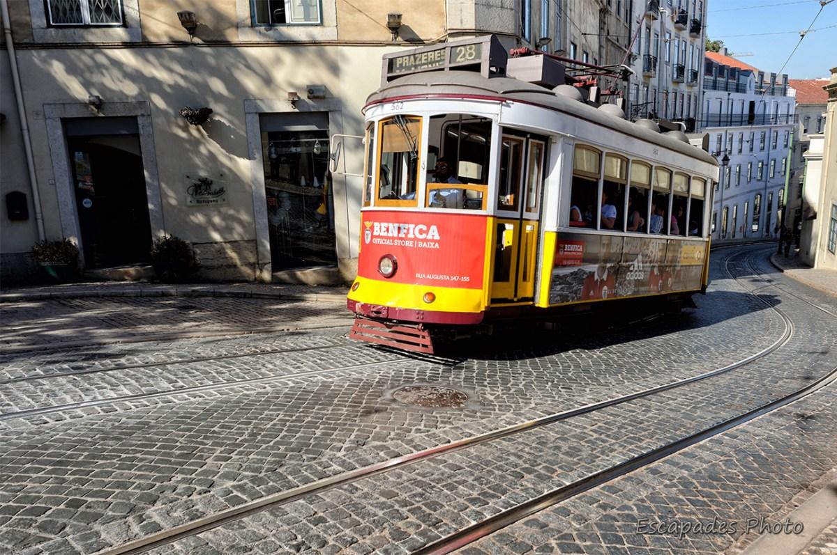 Tramway 28 dans une rue pentue de Lisbonne
