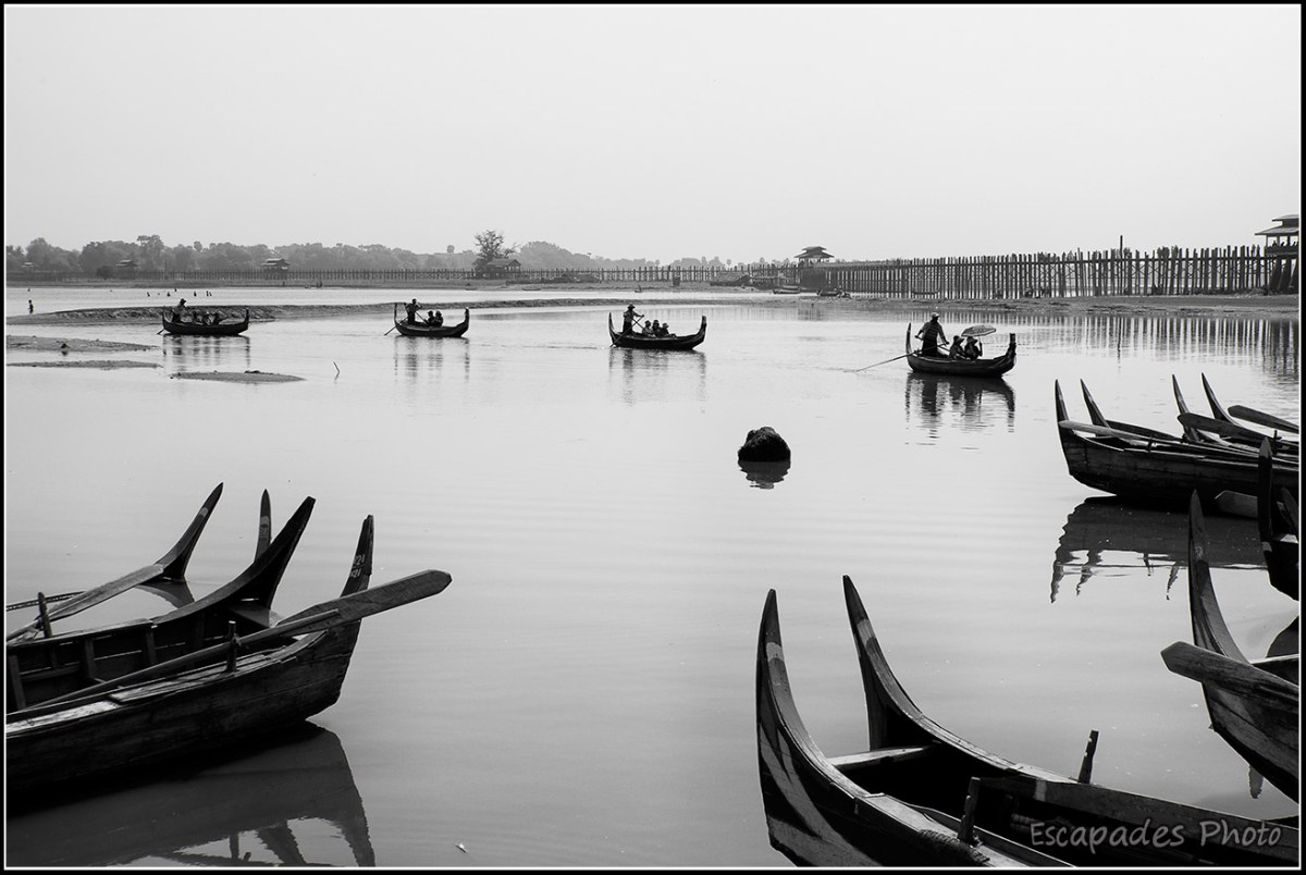 barques sur le lac Taungthaman à Amarapura