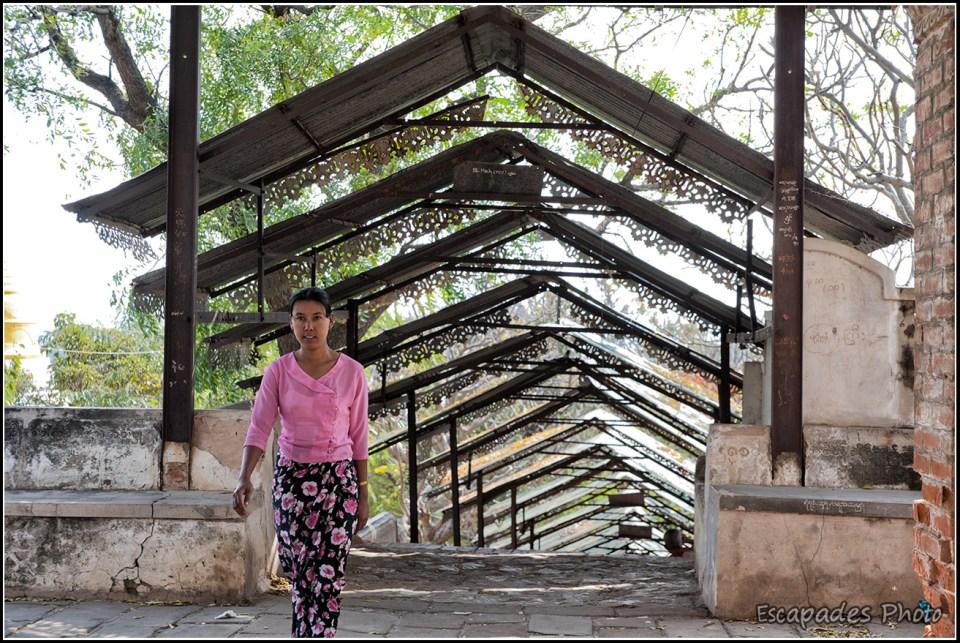 Sagaing - escalier de style birman vers les pagodes