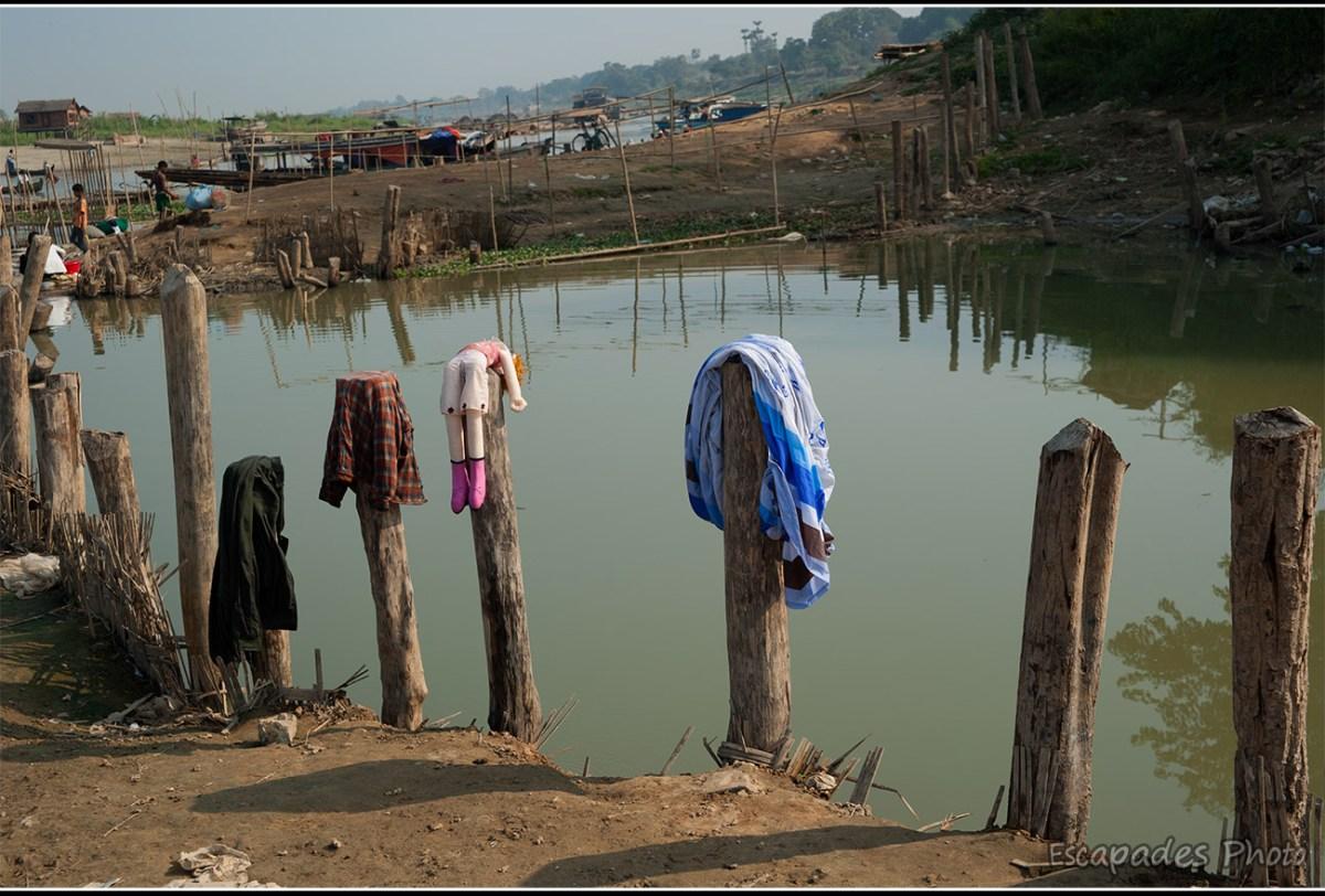 Le peuple du fleuve Mandalay - Linge séchant le long des berges du fleuve Irrawaddy