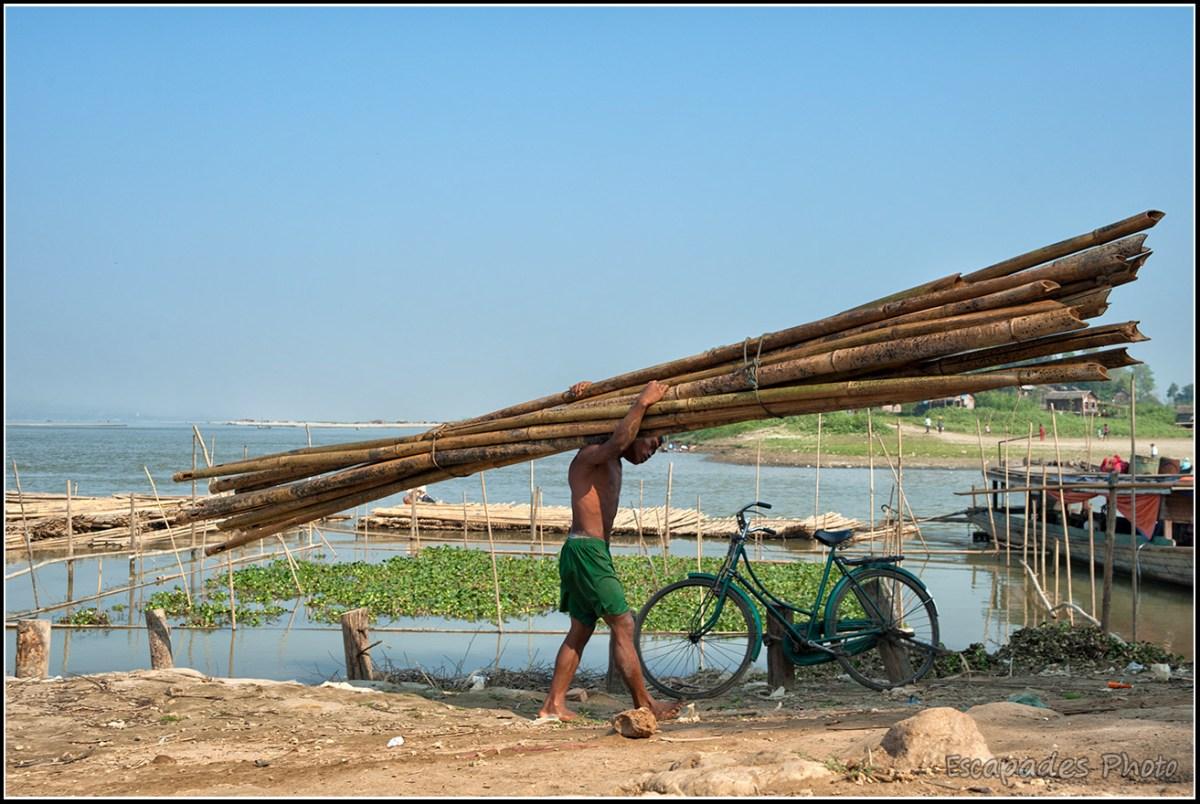 Peuple de la rivière à Mandalay : Portage du bambou