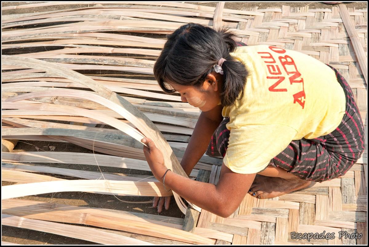Peuple de la rivière à Mandalay - Jeune fille tressant le bambou