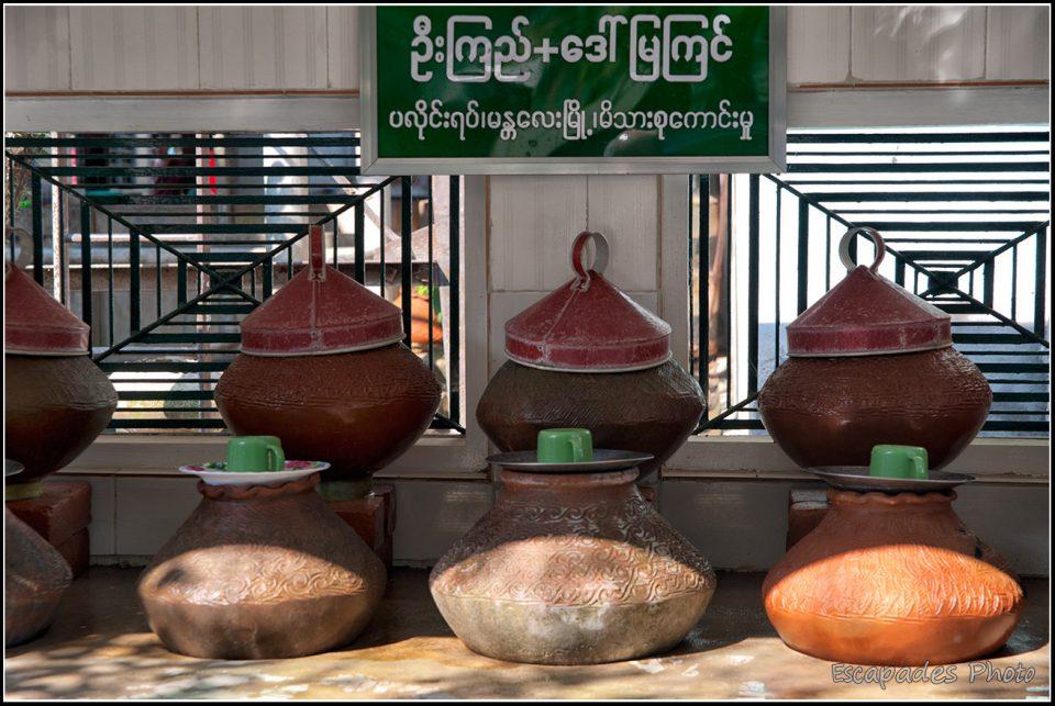 Mahagandayon : Pots à eau dans la salle de repas commune