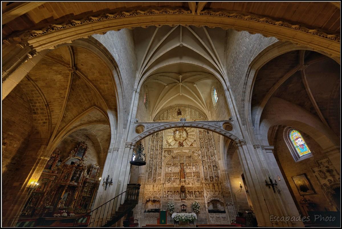 Arcades, voutes et maître-autel - église Saint-Nicolas de Burgos