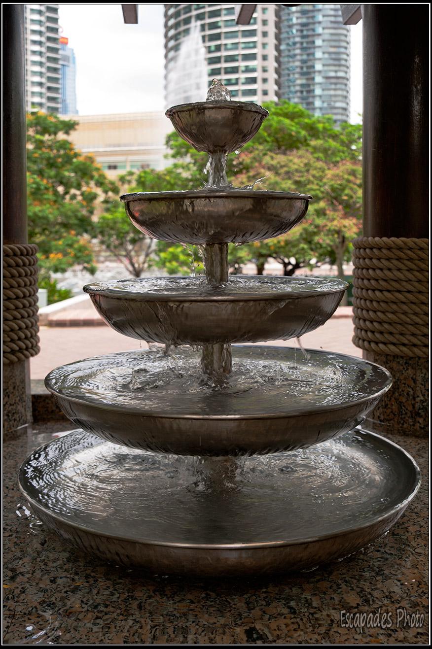 Fontaine donnant sur le jardin tropical