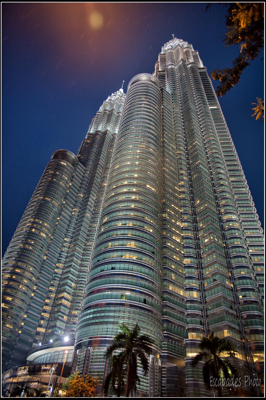 Tours Petronas- Vue de nuit de l'imposant gratte-ciel