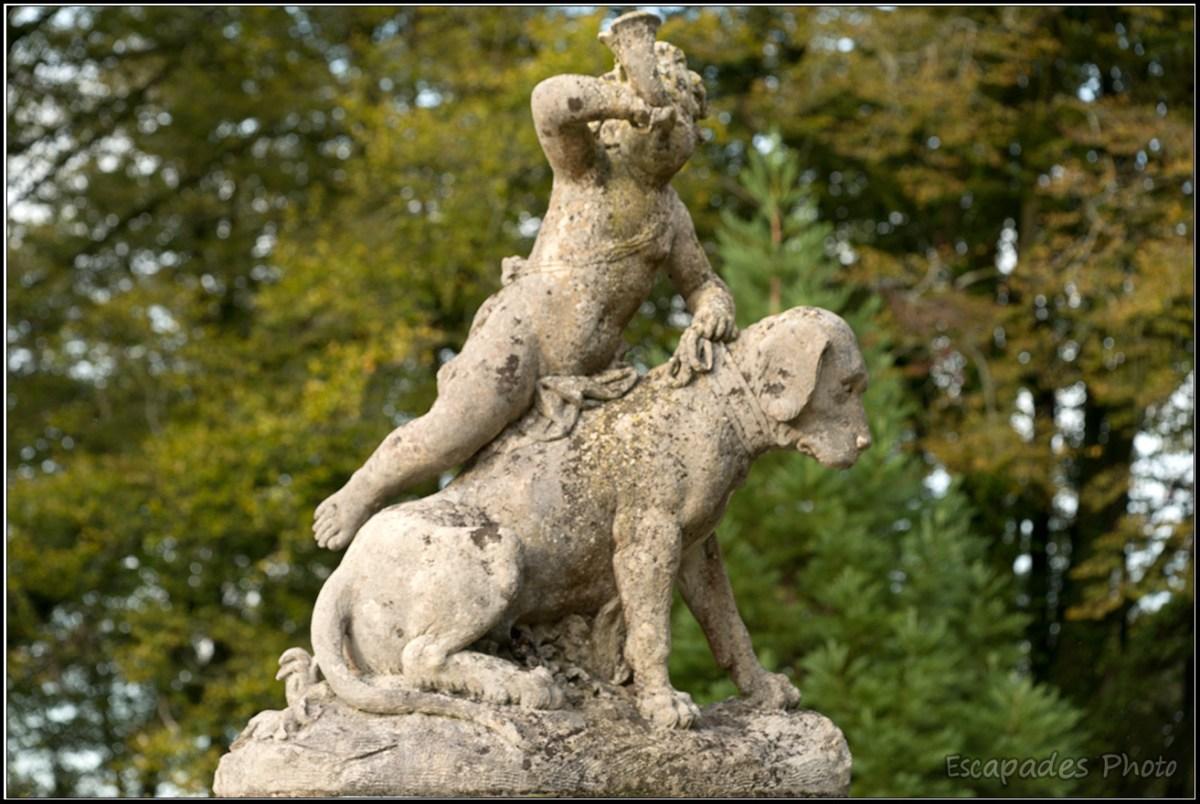 Angelot avec cor de chasse chevauchant un chien
