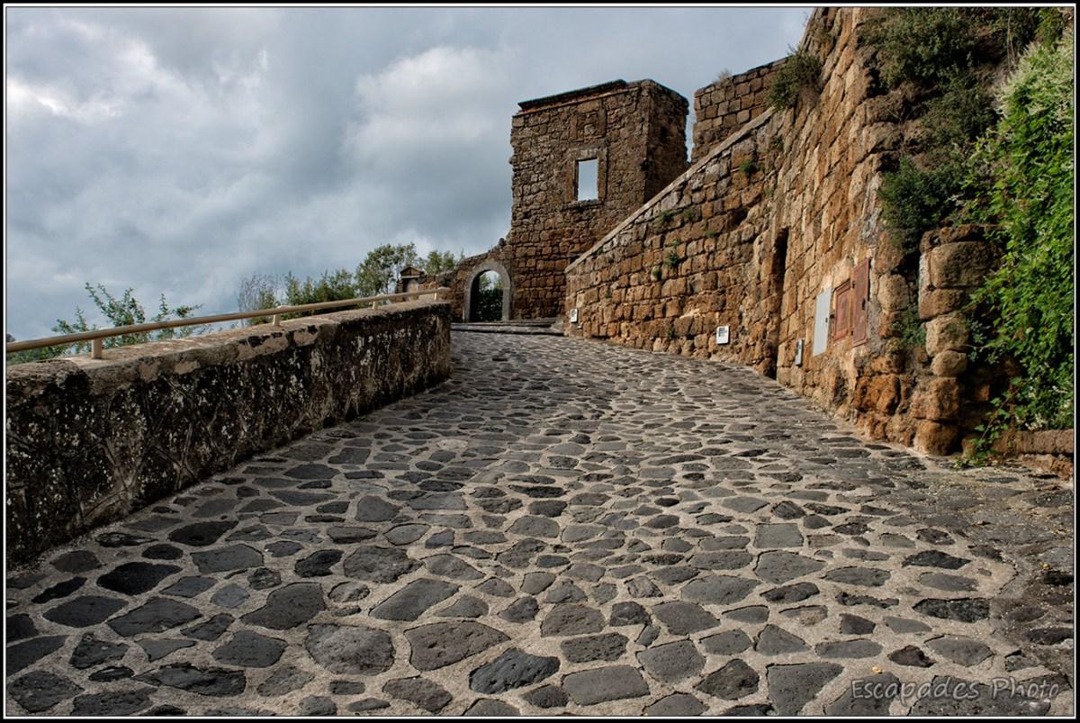 Une rue pavée de Civité di Bagnoregio