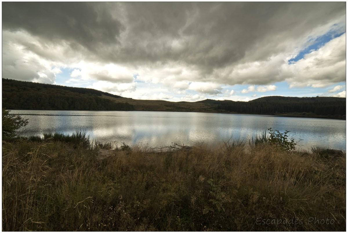 Lac de Montcineyre vue vers les paysages du Sancy