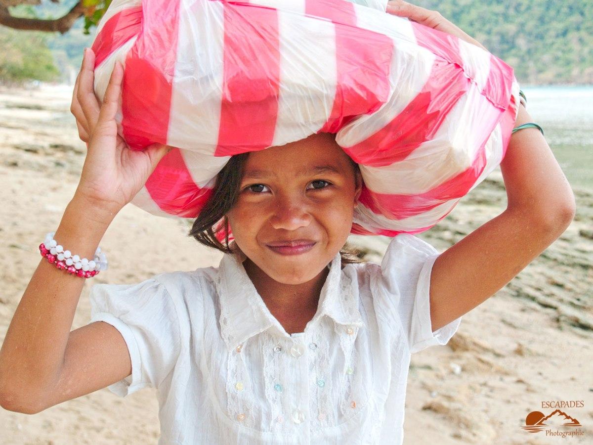 El Nido, une jeune fille au fardeau sur la tête