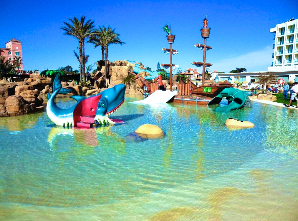 Hoteles con toboganes acu ticos escapat for Hoteles familiares con piscina
