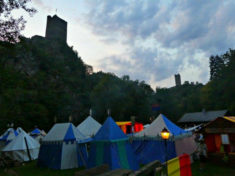 Manderscheid: Ritterlager am Fuße der Niederburg