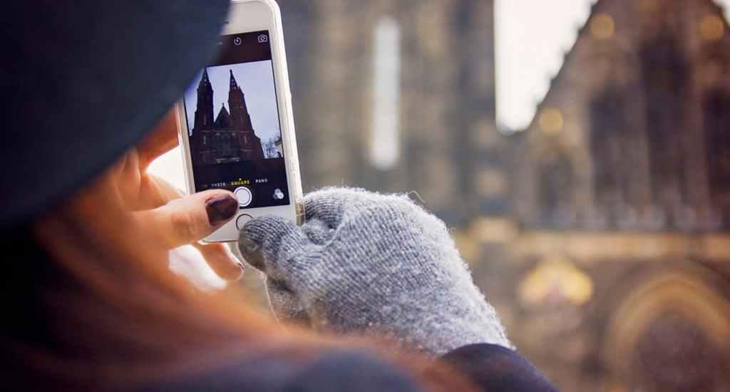 Apps de viaje imagen chica tomando foto